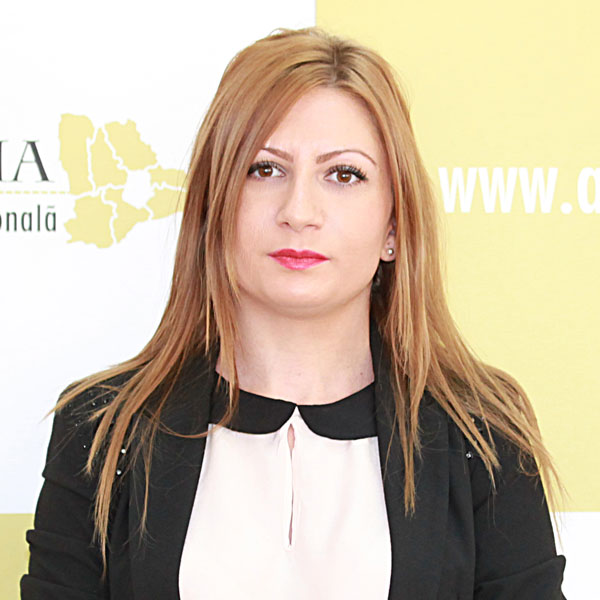 Andreea Negoescu, Expert